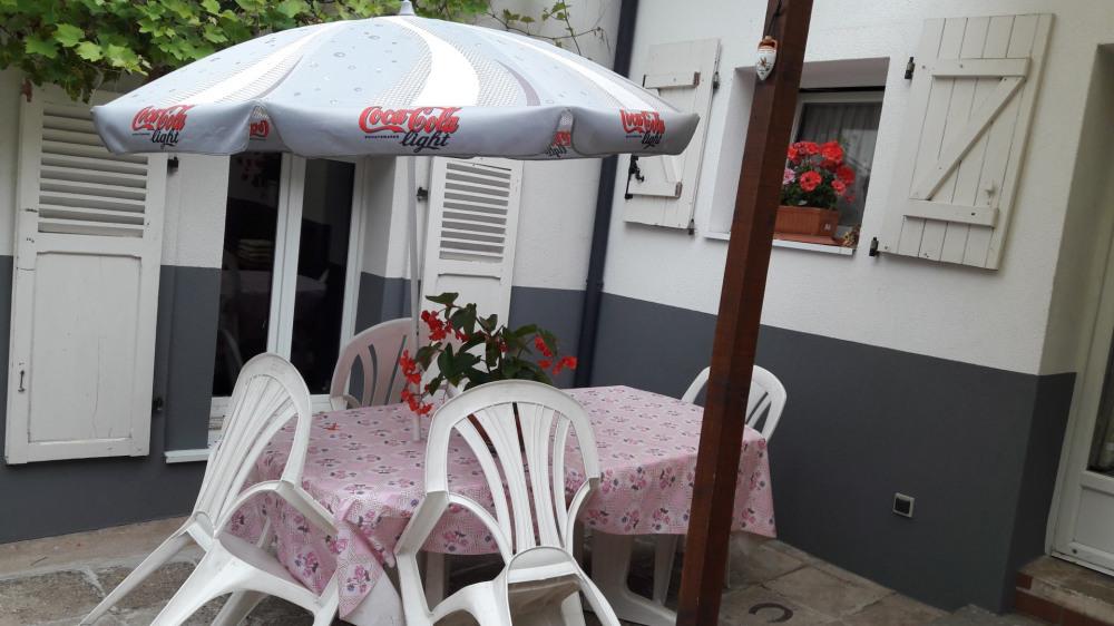 L'été dans la cour commune salon de jardin avec parasol