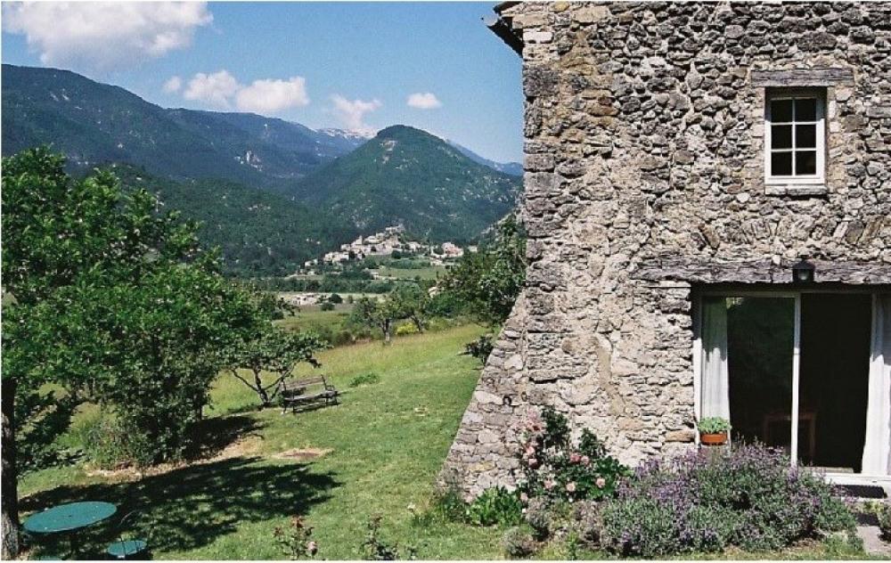 façade est, au fond village de Reilhanette et le Ventoux