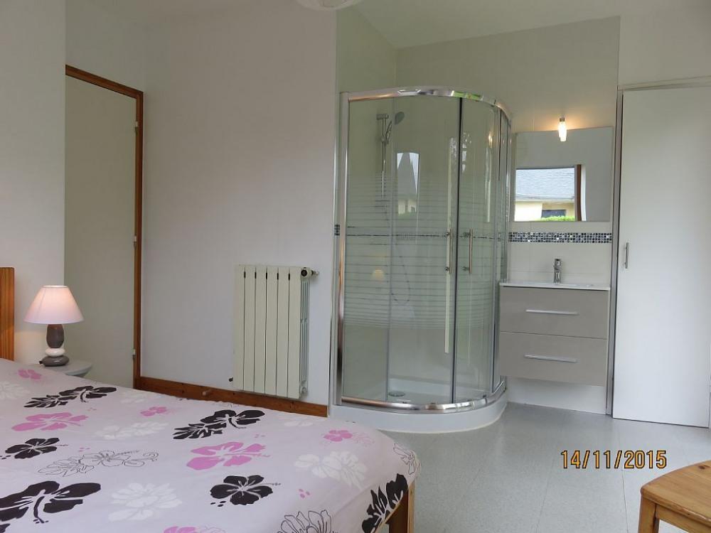 Chambre rez de chaussée avec douche