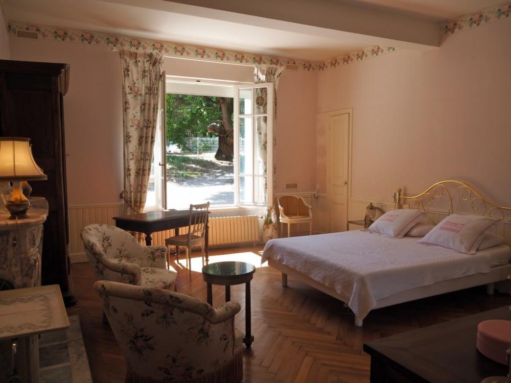 Au rez de chaussée, la chambre Angélique (1 lit double) de plain pied avec le...