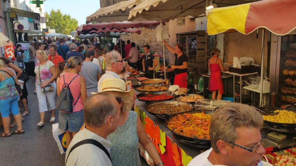 beau marché le dimanche et le jeudi au village à 2 km au top