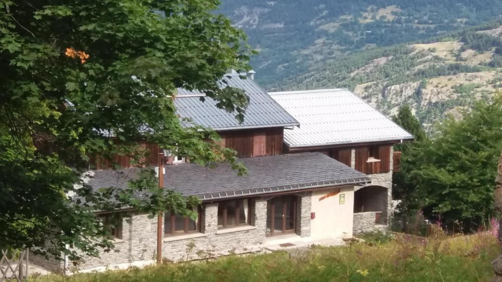A Valfréjus Chalet de montagne bardage et pierres de pays LES SARRAZINS