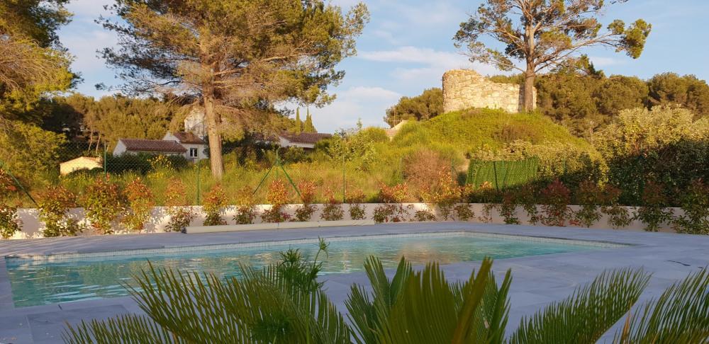 Villa de vacances neuve avec piscine avec superbe vue sur la mer et le village , à moins de 10 km des plages de BANDOL