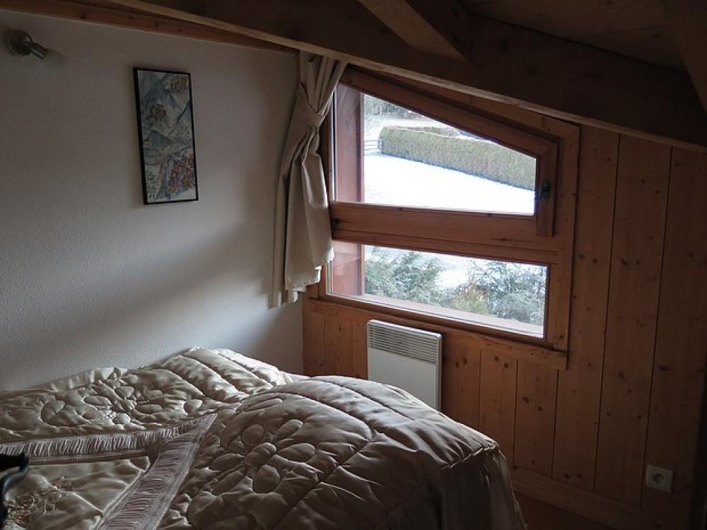 chalet confortable situé aux Houches, à 6 km de Chamonix. Environnement très calme avec vue sur le massif du Mont Blanc
