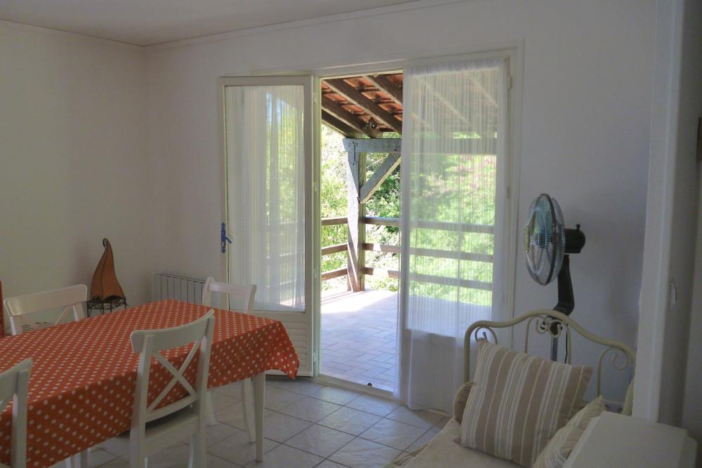 Une terrasse ombragée accès salon