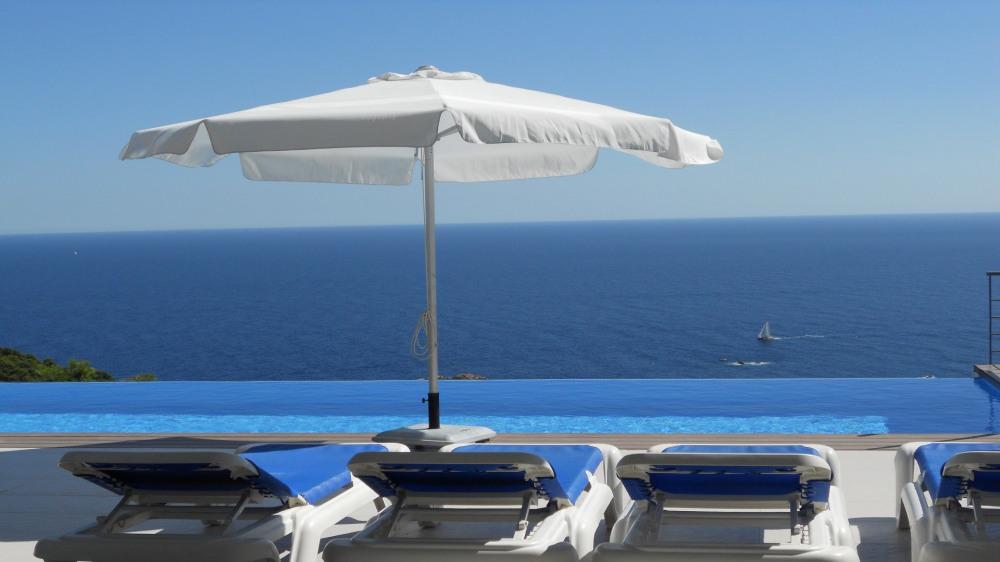Relaxation devant la piscine en contemplant la mer.