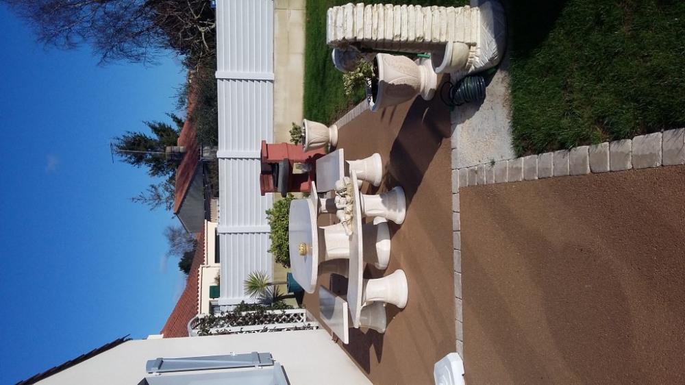 salon et terrasse devant