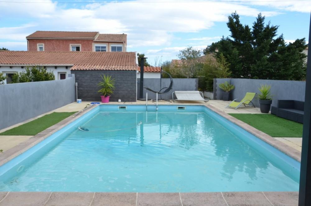 La piscine de 10X5 (0,90 M de profondeur d'un côté et 2 M de l'autre)