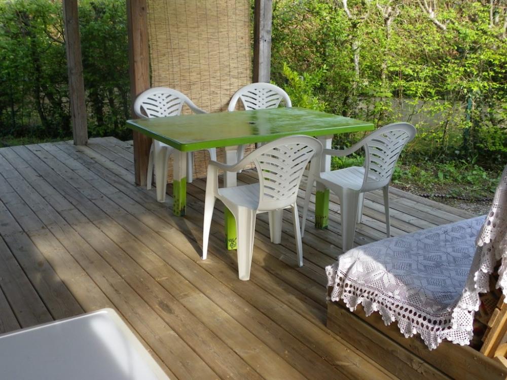 table avec 6 chaises + canapé