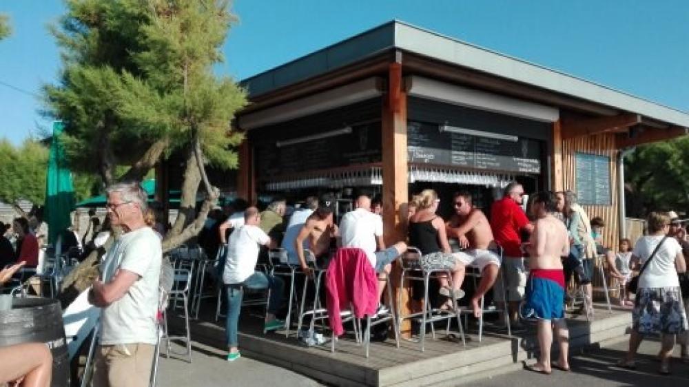 Bar très mode qui domine la plage et la côte des basques et  vue sur la montagne