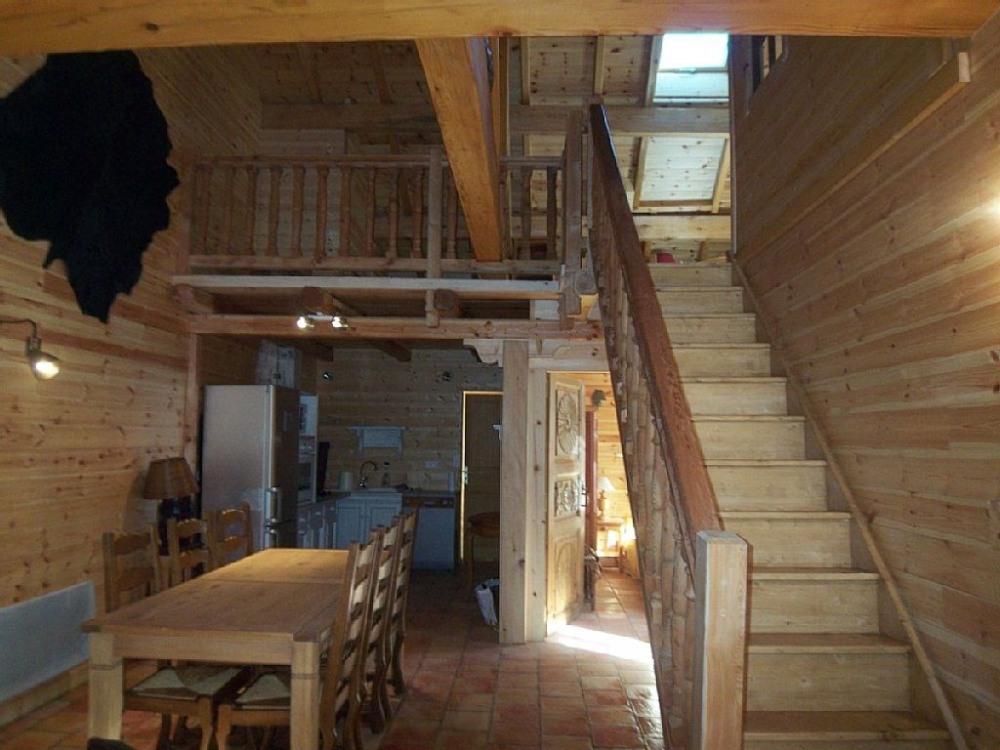 Lescalier qui donne dans la grande mezzanine