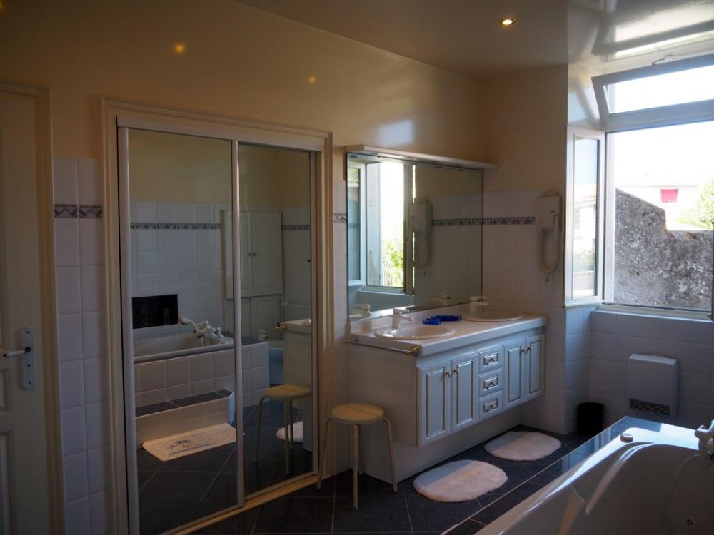 Jolie salle de bain de la chambre Angélique