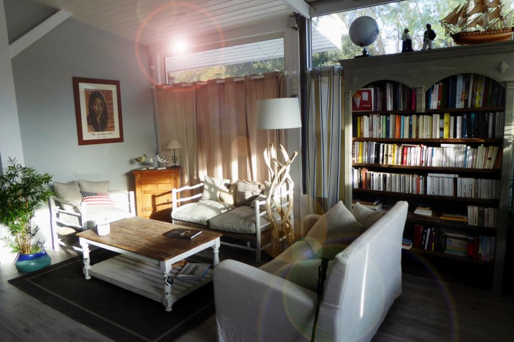 Bibliotheque avec fauteuils et canapés