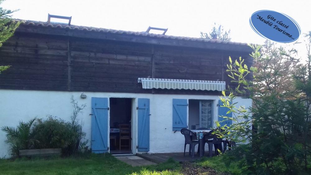 Entrée du Gîte avec terrasse en bois et jardin