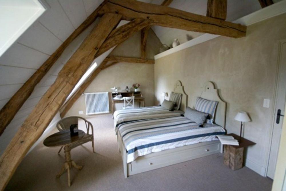 Grande chambre avec 2 fenêtres côté sud