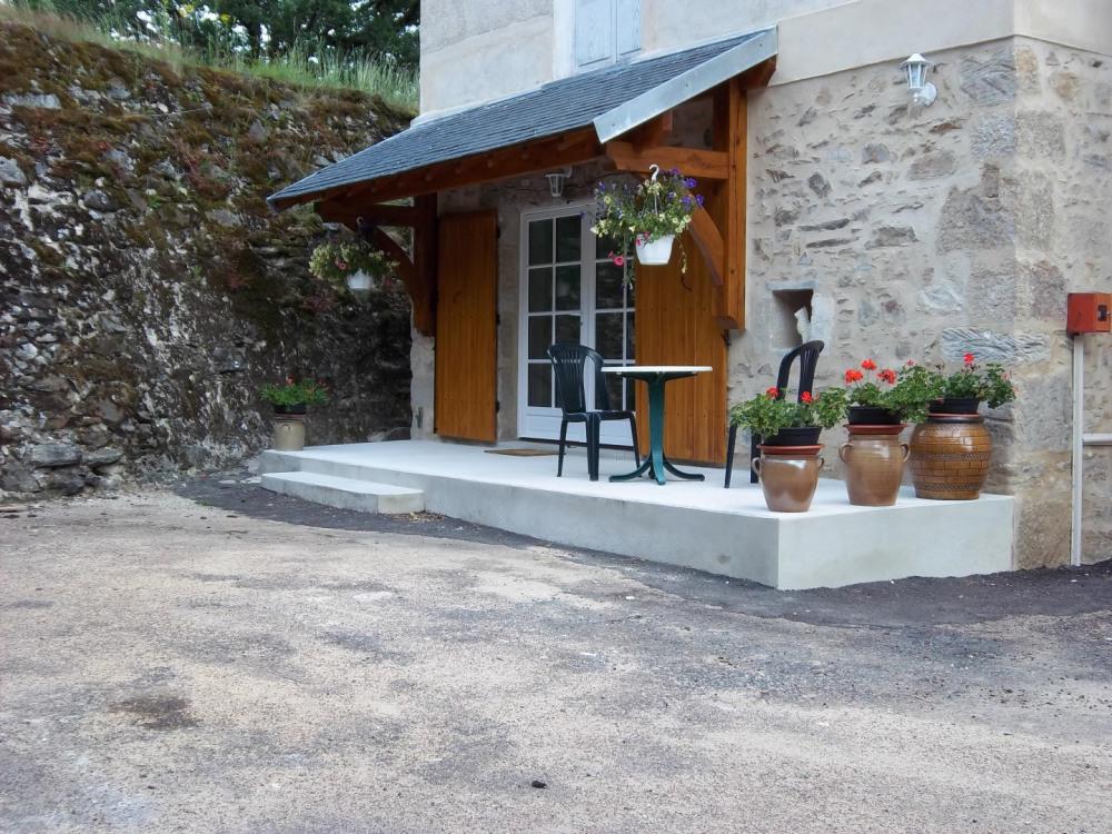 La terrasse de la chambre tilleul qui donne sur la cour.