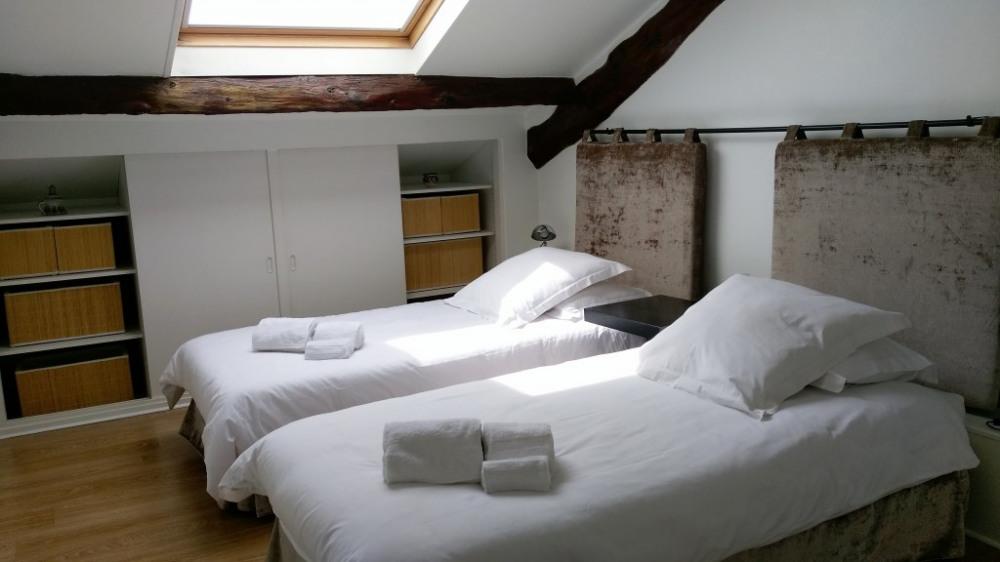 Chambre 2 avec 2 lits 90 x 200 cm et placards