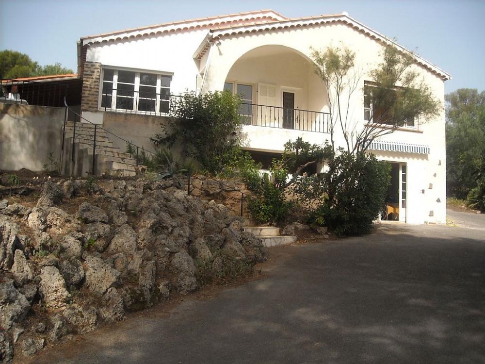 La villa ( vue du portail d'entrée), face à la mer