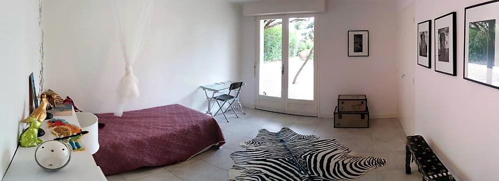 Chambre avec accès terrasse au rez-de-chaussée