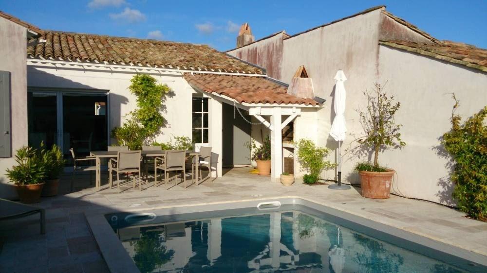 Belle exposition pour cette maison confortablle avec piscine