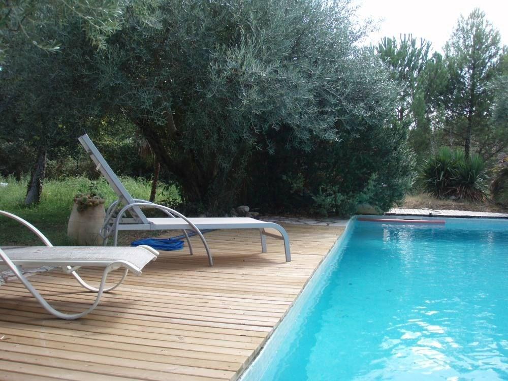 Piscine 10 m x 5 m avec escalier ; eau salée bains de soleil et salon de jardin