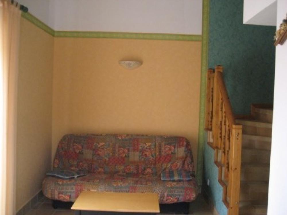 coin salon , clic clac, montée escalier vers mezzanine