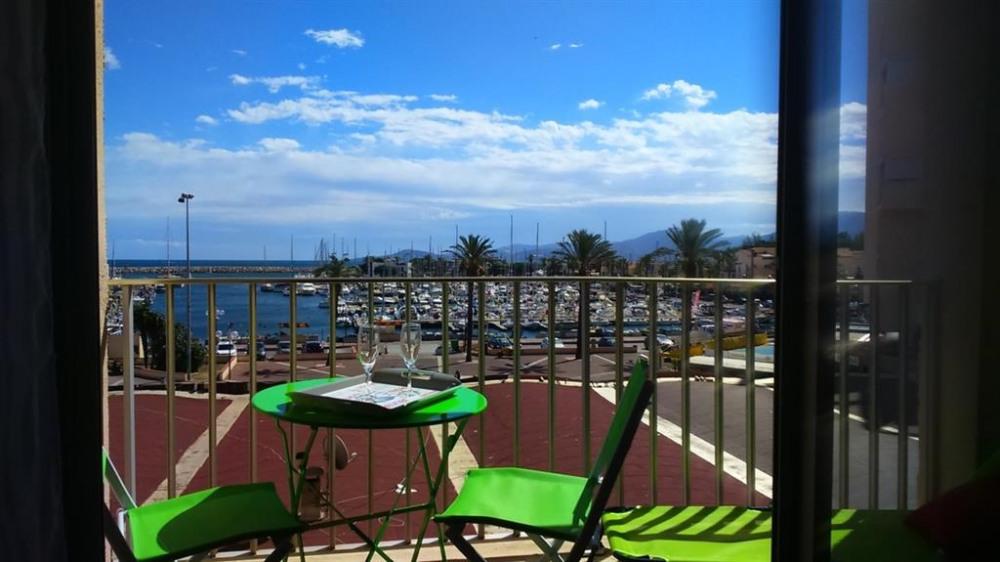 Bel appartement avec vue sur le port à 50 m de la plage et des animations.