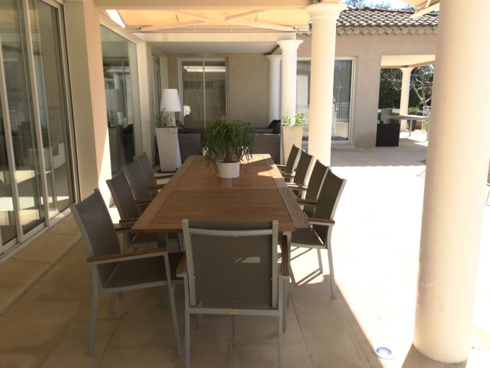 Terrasse avec table extérieure