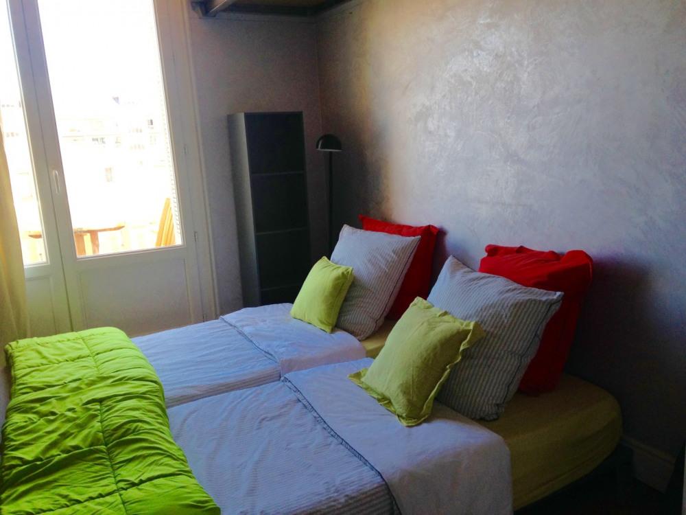 la chambre principale 2 lits simples TV WIFI