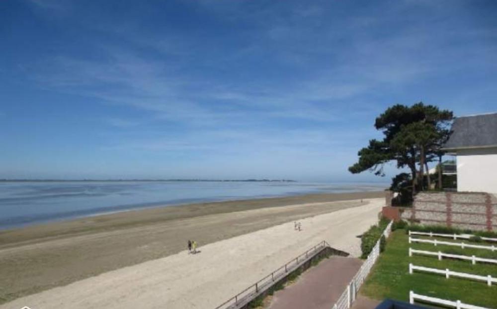 vue panoramique de l'appartement: la baie à vos pieds!...