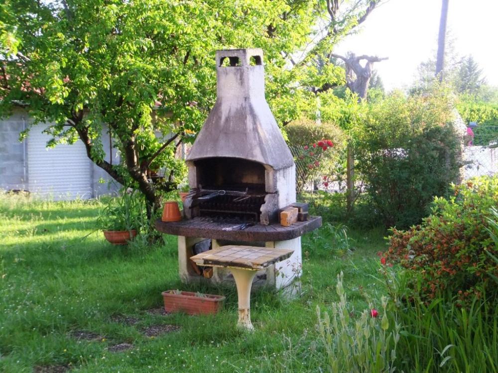 jardin avec barbecue
