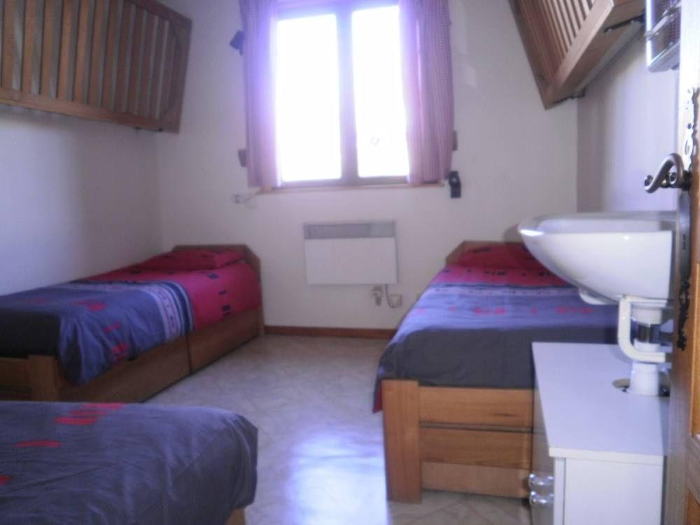 Chambre on peut descendre un lit suspendu.