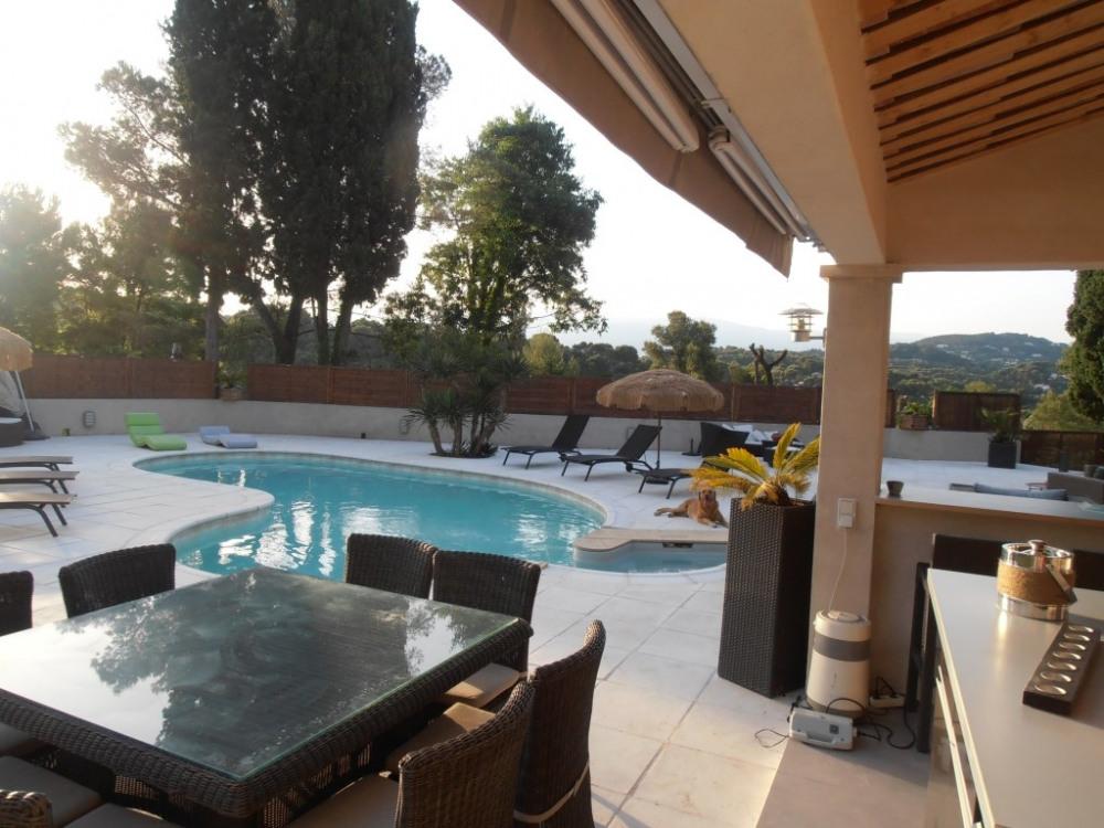 vue du poolhouse sur piscine et l'esterel