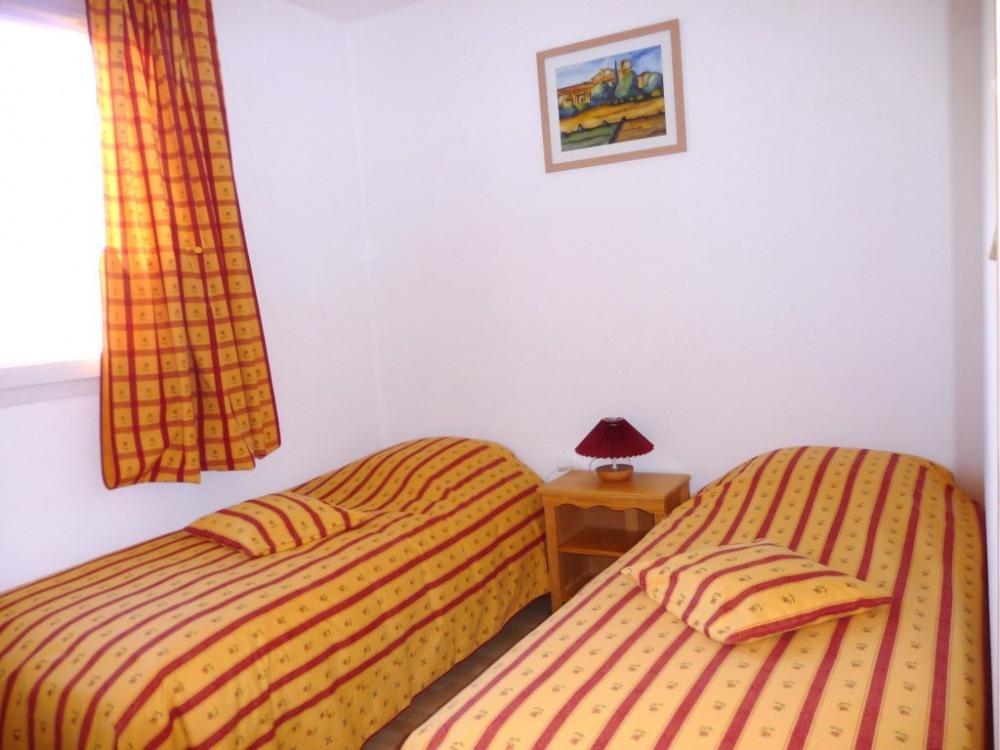 chambre 2 lits de 80 cm pouvant être assemblés pour un lit en 160 cm
