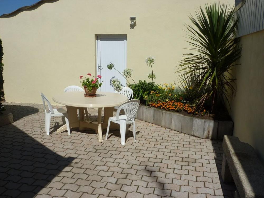 la cour et son petit jardin