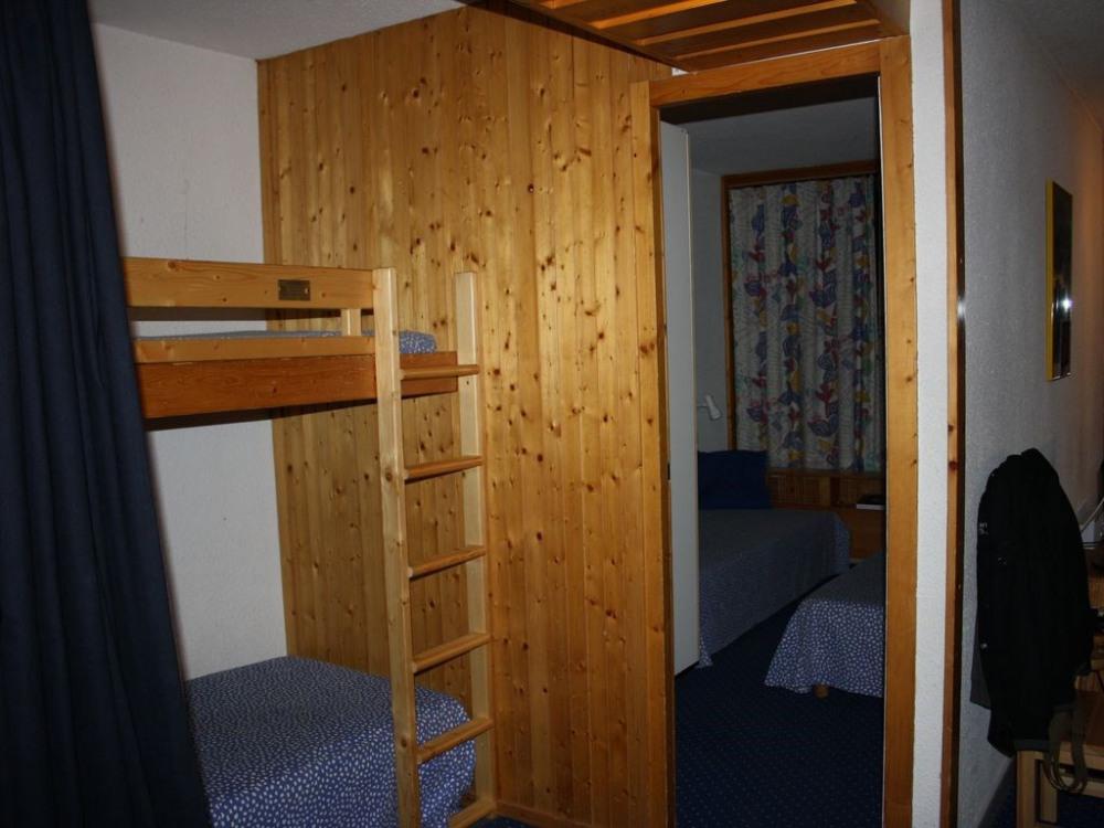 Alcove fermée par un rideau, 2 lits superposés