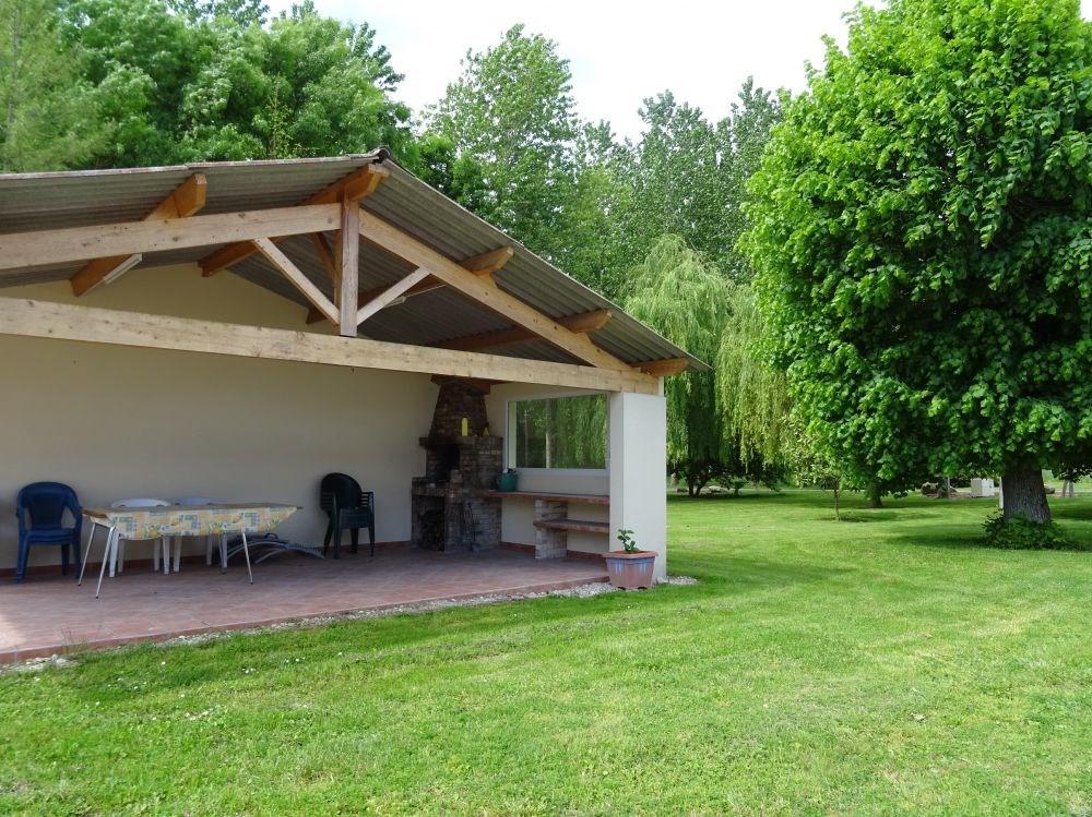 Piscine couverte maison terrasse couverte par une pergola for Jardin 400m2 piscine