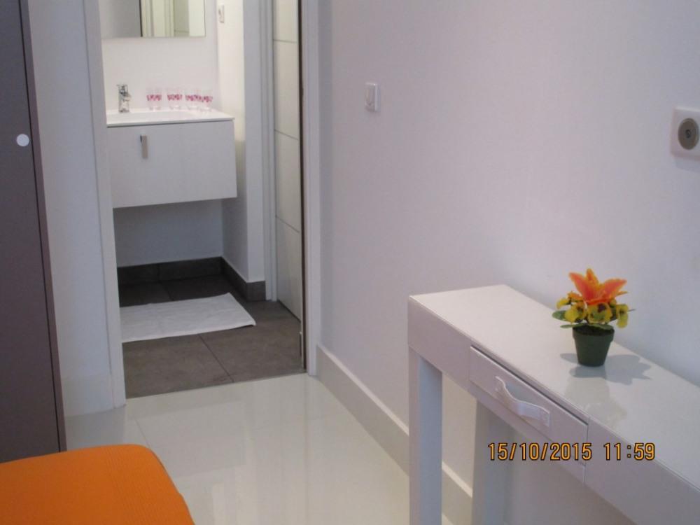 Salle de bains vue de la chambre