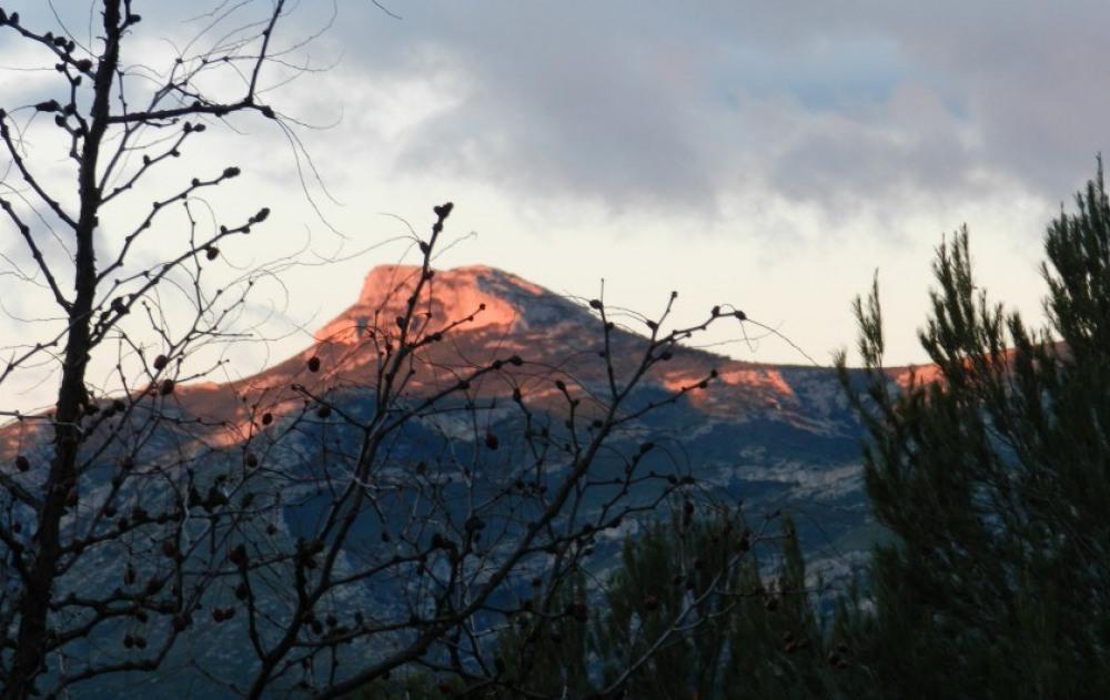 vue sur Le Garlaban qui domine sur la plaine de Marseille