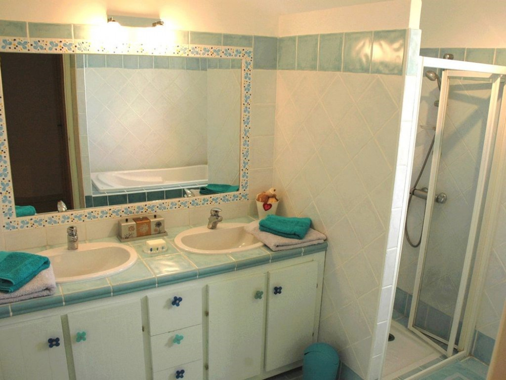 Salle de bain étage - Double vasque, douche et baignoire