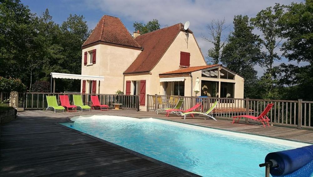 La piscine avec maison moderne