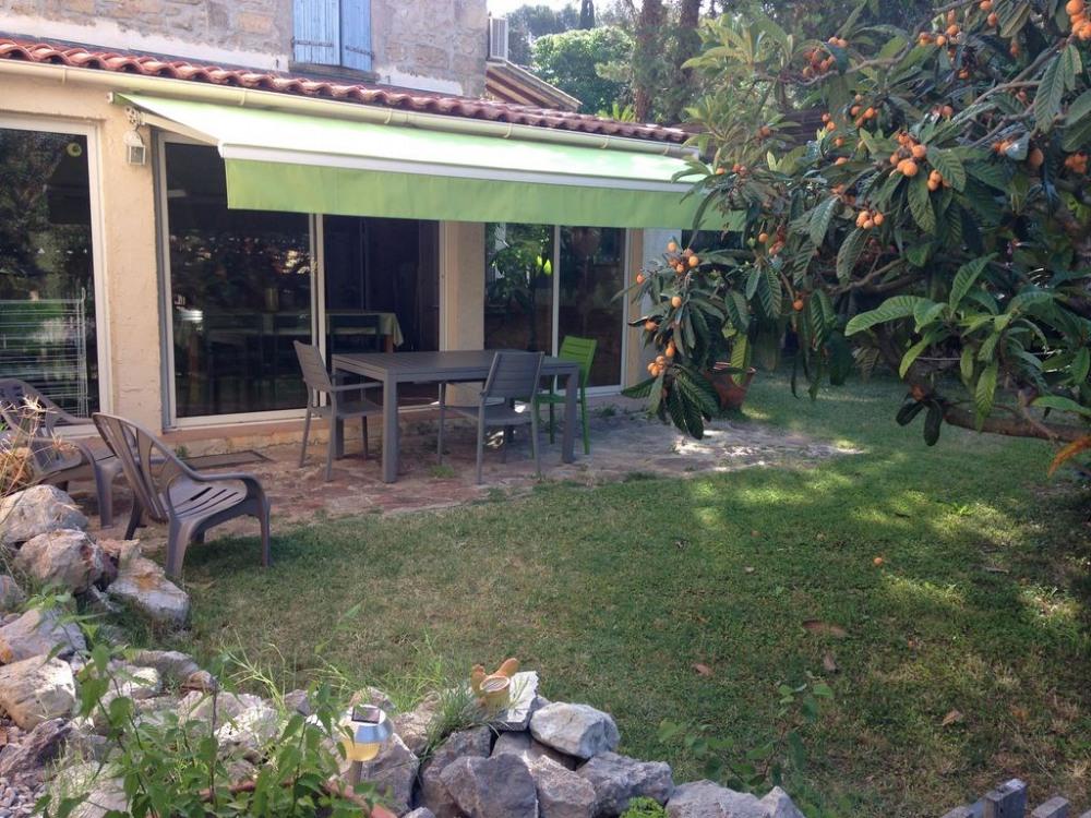 Jardin privé avec terrasse équipée et accès direct à la piscine