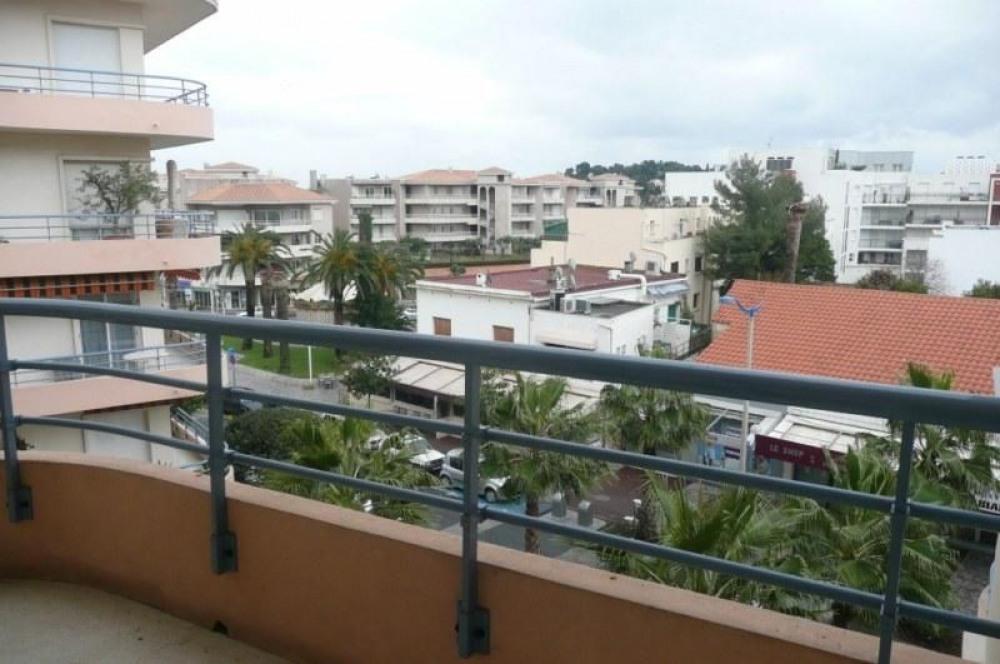 Au cœur du centre ville, au troisième étage, appartement de 2 chambres, salle de bain, WC, grand ...