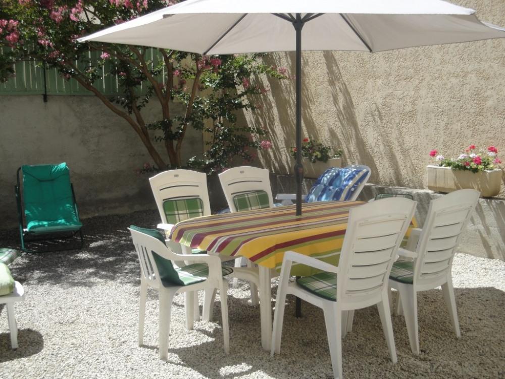 Cour fermée avec bain de soleil - barbecue