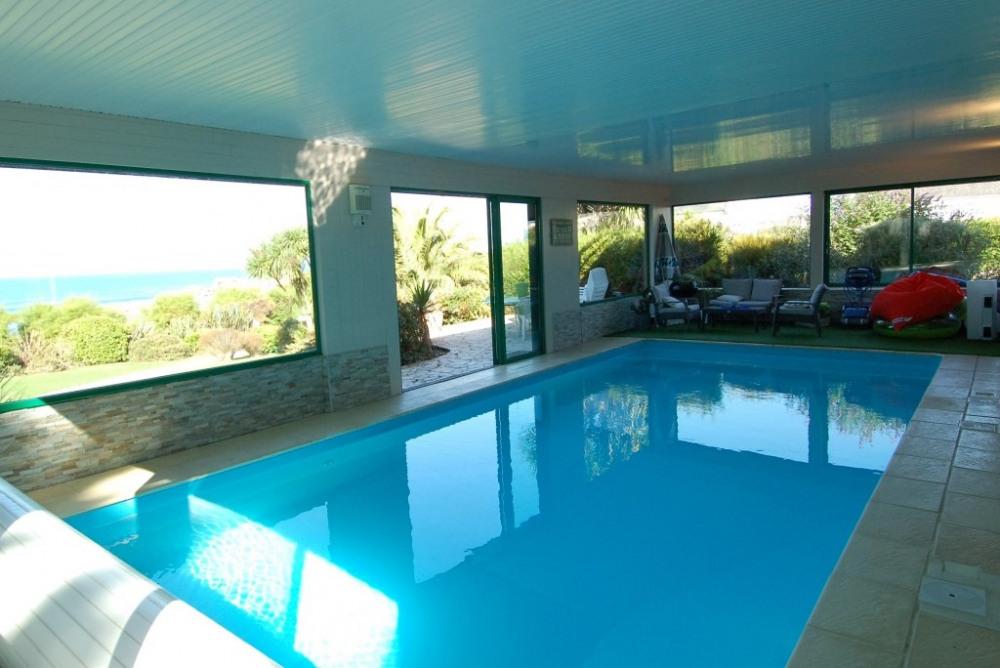 piscine et terrasse extérieure aménagée à la sortie de la baie vitrée pour ma...