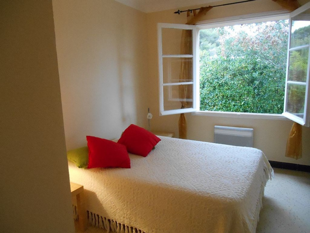 Chambre 3, aussi spacieuse, (avec grand placard) et donnant sur le jardin