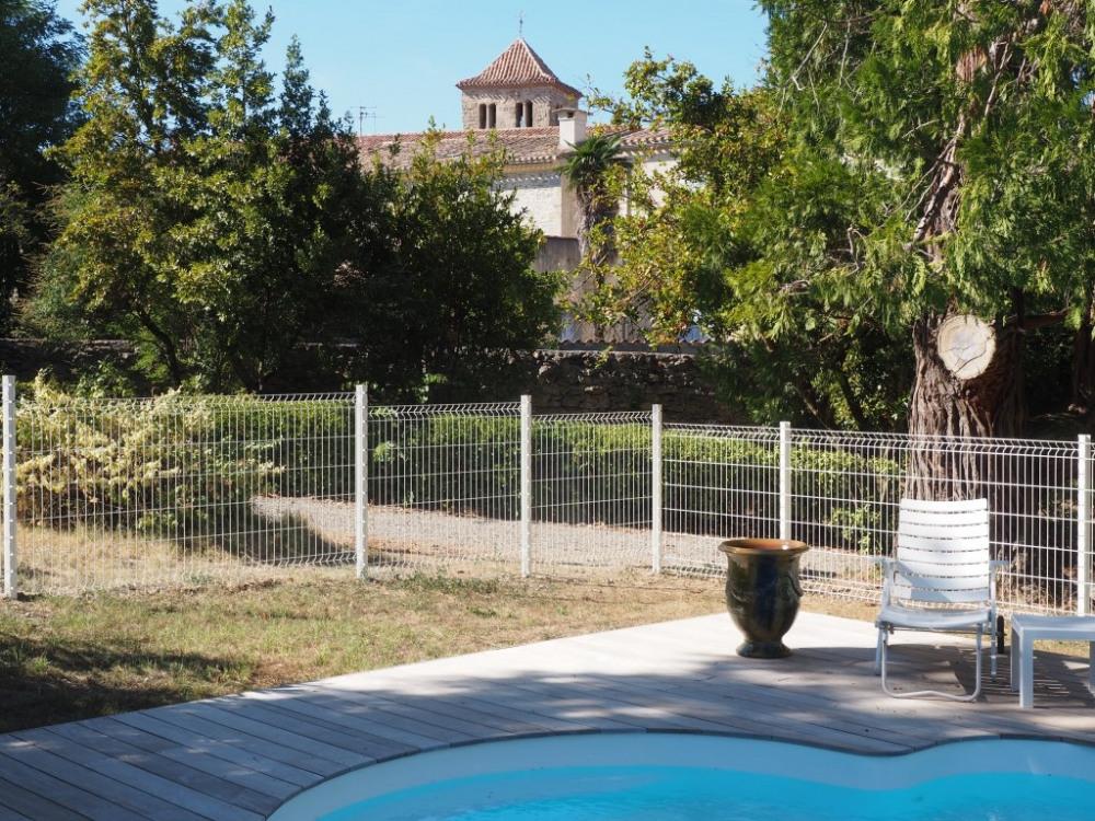 Belle vue sur le clocher du village (aucun vis à vis sur la piscine)