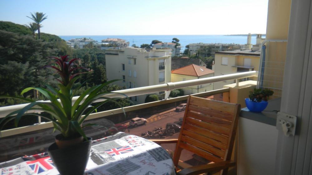 Petit balcon ou on peut déjeuner à 4