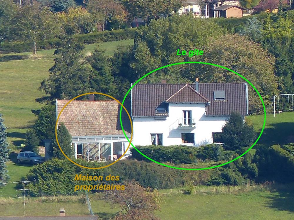 A droite : le gîte, à gauche: maison des propriétaires