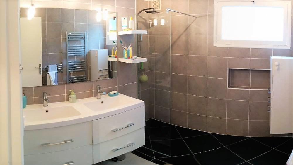 Salle de douche du rez-de-chaussée